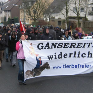 60 Tierrechtler_innen demonstrierten gegen Wattenscheider Gänsereiten